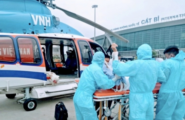 Trực thăng đưa bệnh nhân cấp cứu từ đảo Bạch Long Vỹ về đất liền