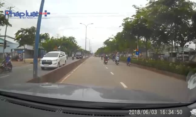 Clip: Sau va chạm, nam thanh niên cùng phương tiện lao thẳng vào đầu ô tô tại TP HCM