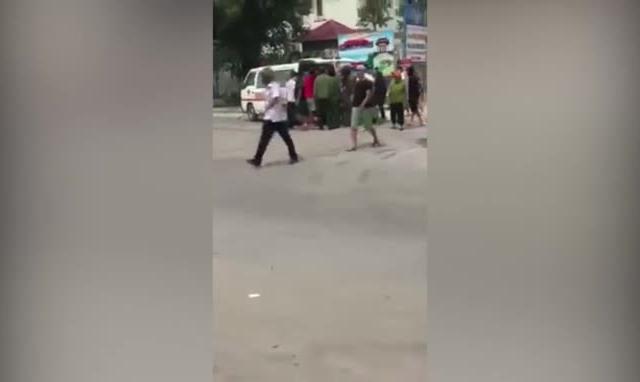 Clip xô xát giữa nhân viên 2 nhà hàng ở biển Hải Tiến, hàng chục cảnh sát được huy động