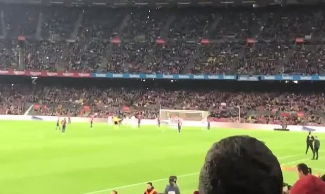 [Clip]: Pha sút phạt thần thánh của Messi nhìn từ khán đài