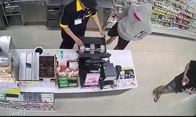 Video nghi lại cảnh nam thanh niên liều lĩnh mang dao vào siêu thị uy hiếp nhân viên, cướp 2,5 triệu đồng