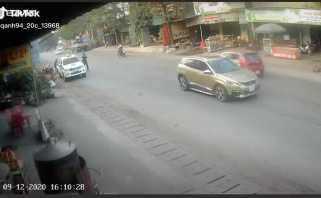 """[Clip]: Bị yêu cầu dừng xe, đôi nam nữ tăng ga """"húc văng"""" chiến sĩ CSCĐ"""