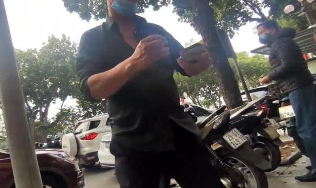"""Video: """"Chặt chém"""" giá trông xe máy, ô tô dưới lòng đường ngay hồ Gươm ngày mùng 1 Tết Tân Sửu"""