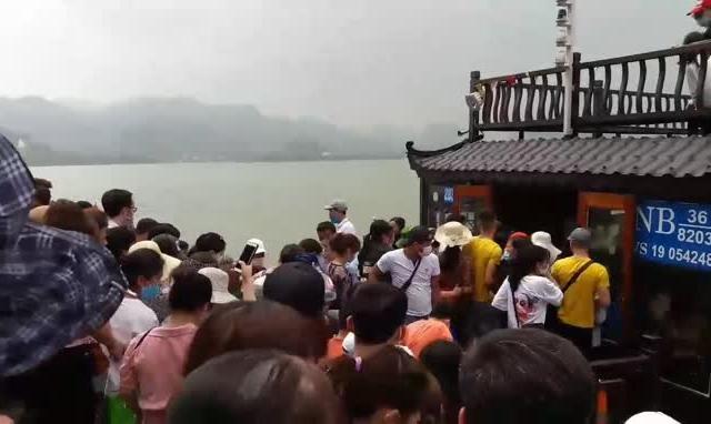 Video: Biển người chen lấn tại bến tàu thuộc ngôi chùa lớn nhất Đông Nam Á