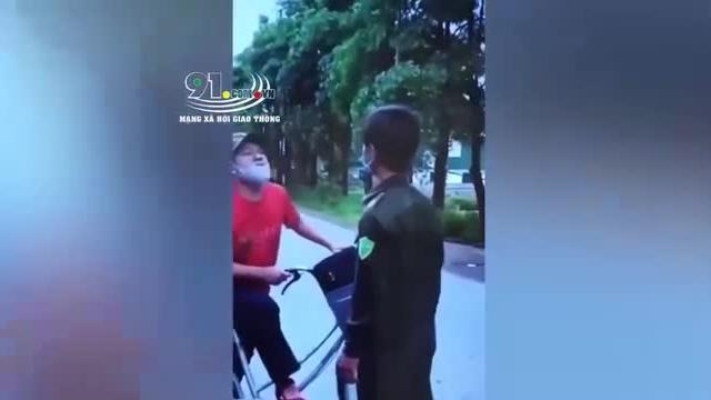 Video: Nóng mắt với cảnh người đàn ông đấm thẳng vào mặt Công an viên khi bị nhắc nhở đeo khẩu trang