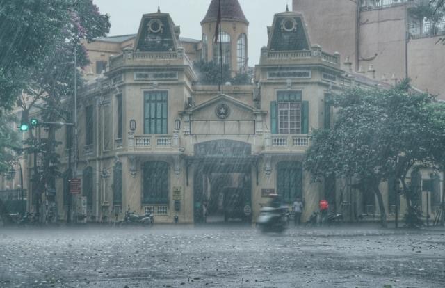 Hà Nội đang mưa to và có giông sét, cảnh báo tắc đường trên nhiều lộ trình