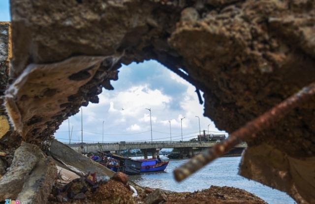 """Quy Nhơn: Kè sông chưa nghiệm thu đã """"tan hoang"""" trước sóng"""