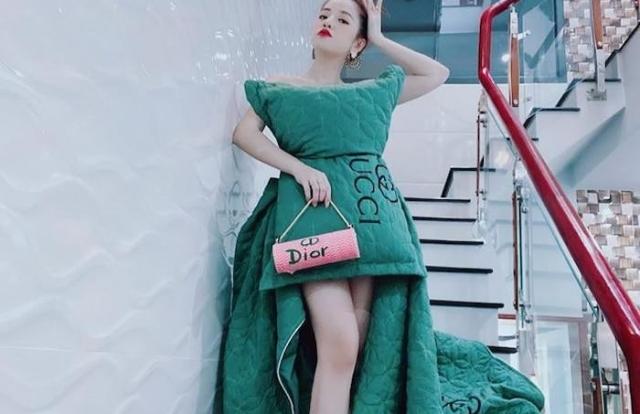 """Trào lưu """"lấy gối làm váy"""" đang gây bão mạng xã hội xuất phát từ đâu?"""