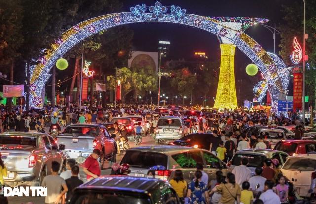 Hàng vạn người dân mãn nhãn với màn pháo hoa tầm cao dịp Giỗ Tổ Hùng Vương