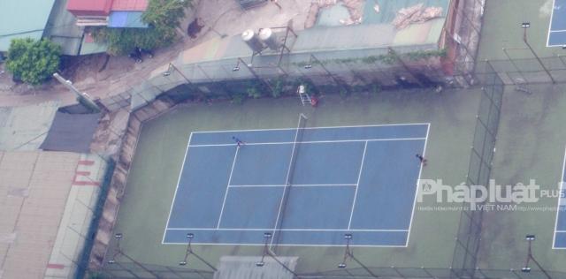 """Hà Nội căng mình chống dịch Covid-19, vài người vẫn """"toát mồ hôi"""" đánh tennis"""