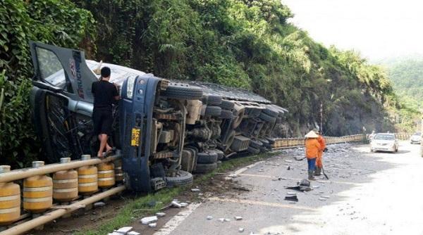 Hộ lan bánh xoay cứu sống tài xế khi xe tải gặp tai nạn