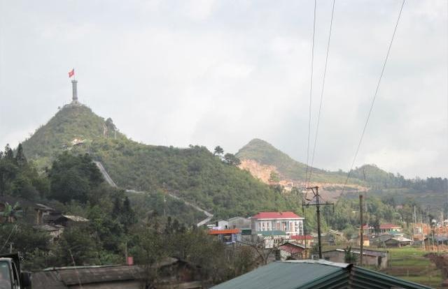 """Địa ốc 6AM: Cận cảnh khu sinh thái tâm linh vừa bị """"tuýt còi"""" tại Cột cờ Lũng Cú"""