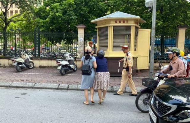 Cán bộ CSGT Hà Nội bị tố 'giật tay lái' xe máy làm ngã 2 phụ nữ?