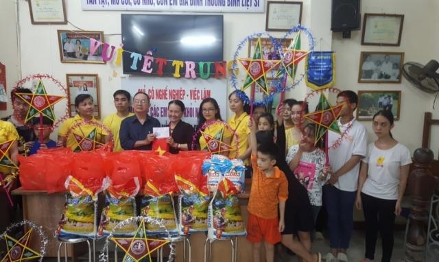 Thanh thiếu niên Phật tử chùa Quán Sứ tặng quà trung thu tại Bệnh viện Nhi Trung ương