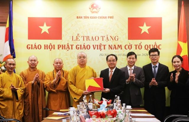 Ban Tôn giáo Chính phủ trao 1.000 lá cờ nhân kỷ niệm thành lập Giáo hội Phật giáo Việt Nam
