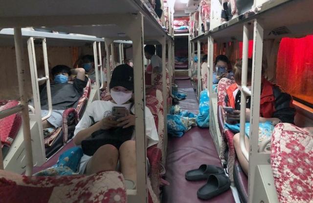 """Xe giường nằm chở 10 khách định """"chui"""" khỏi Hà Nội"""