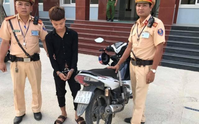 Nam thanh niên khóc nức nở xin tha sau khi bị bắt vì trộm xe máy