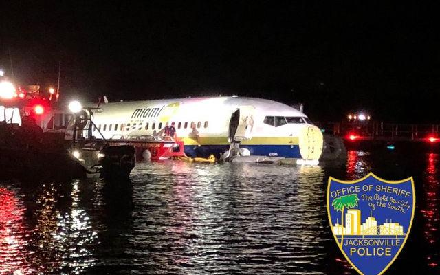 Máy bay chở 143 người lao xuống sông trong đêm