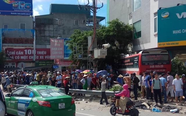 Xe khách đâm hàng loạt xe máy tại Quảng Ninh