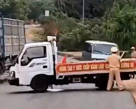 Gia Lai: Xe ô tô khách lao thẳng vào xe tuần tra giao thông, làm 1 chiến sỹ bị thương