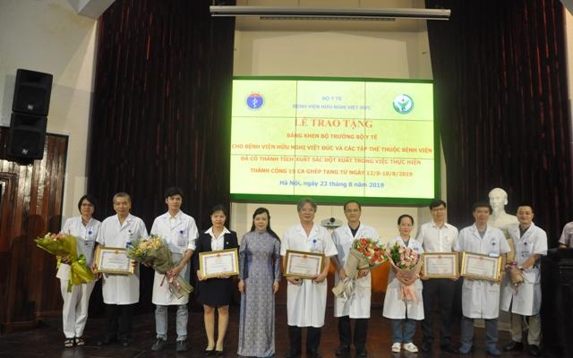 Bộ trưởng Bộ Y tế tặng Bằng khen cho các đơn vị thực hiện thành công 15 ca ghép tạng