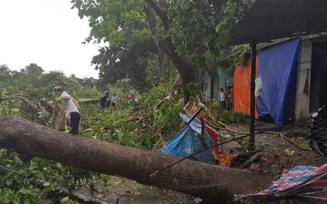 Nghệ An: Giông lốc kinh hoàng càn quét huyện miền núi, hàng chục ngôi nhà bị tốc mái