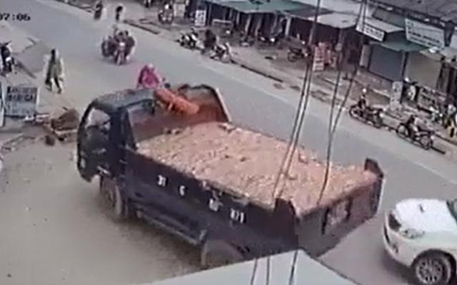 """Camera ghi lại cú đánh lái """"thần sầu"""" tránh xe bán tải, nhiều người thoát chết trong gang tấc"""