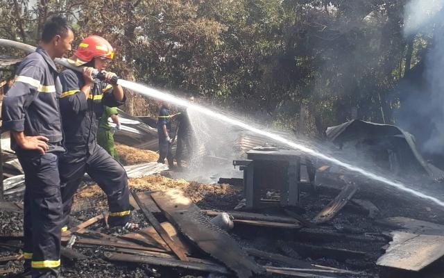 Ngọn lửa bùng phát thiêu rụi xưởng gỗ ở Lâm Đồng