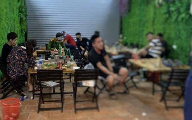 """Bắt quả tang quán nhậu có 11 người đang ăn uống trong """"cơn bão"""" Covid-19"""