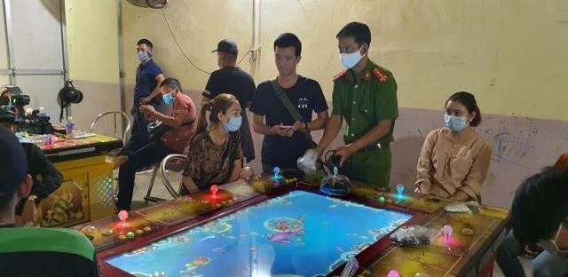 Đắk Lắk: 16 con bạc đang say sưa bắn cá điện tử ăn tiền thì bị Công an bắt giữ