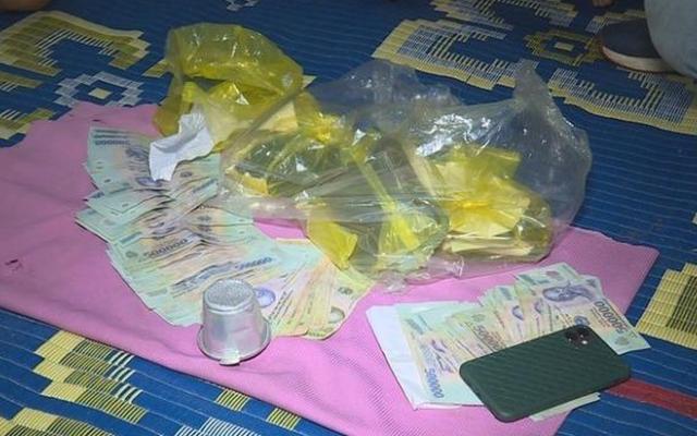Đắk Lắk: Bắt quả tang nhóm người dùng phin cà phê và vỏ hạt dưa để đánh bạc