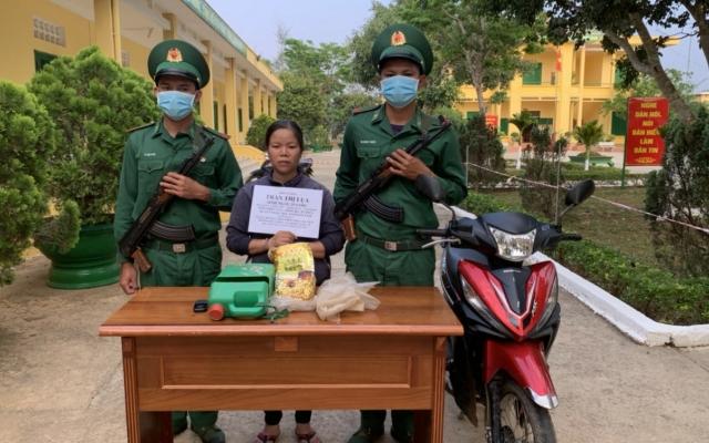 Kon Tum: Tóm gọn người phụ nữ vận chuyển 1kg ma tuý để nhận 2 triệu đồng tiền công
