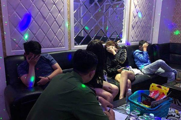Nghệ An: Bắt quả tang 5 nam và 3 nữ thuê phòng hát karaoke dùng ma túy