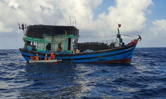 Cứu nạn thuyền trưởng tàu cá gặp tai nạn lao động trên biển