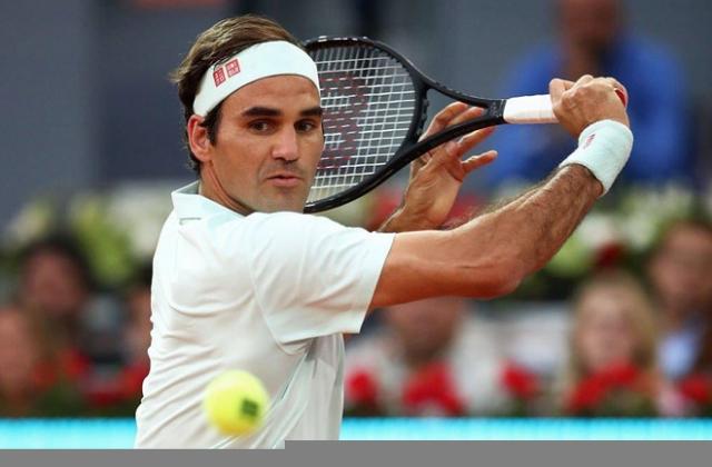 Roger Federer thắng trận đầu tiên trên sân đất nện sau 3 năm
