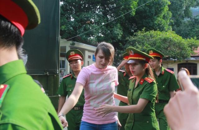 Cận cảnh hot girl người Nga cầm đầu đường dây mại dâm hạng sang được dẫn giải đến tòa