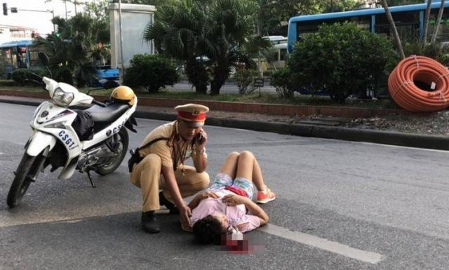 Giật mình vì tiếng còi xe, người phụ nữ ngã ra đường Hà Nội nguy kịch?