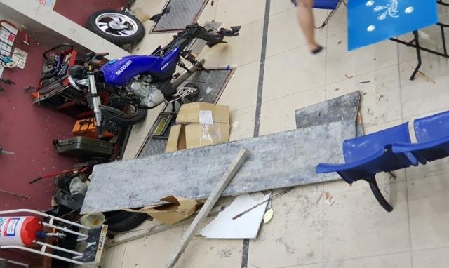 Hà Nội: Hoảng hồn vì sắt từ công trình nhà hàng xóm xuyên thủng mái, rơi trước mặt