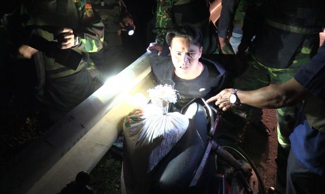 Hà Tĩnh: Bắt đối tượng dùng xe máy vận chuyển 1 bao tải ma túy