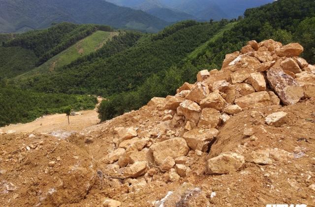 Núp bóng cải tạo vườn đồi, nhóm 'quặng tặc' đưa máy móc khai thác trái phép đá thạch anh ở Nghệ An