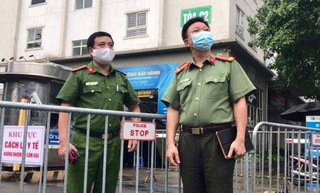 Photo: UBND phường Đông Ngạc với quyết tâm bám chốt chống dịch tại Ecohome 2