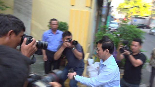 Bị cáo Nguyễn Hữu Linh đến tòa, chui vào nhà vệ sinh chốt cửa