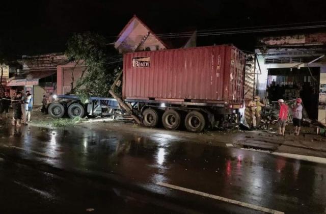 Bình Phước: Sau va chạm, xe container tông vào nhà dân trong đêm