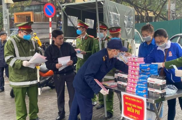 Công an phường Cống Vị phát khẩu trang y tế phòng, chống dịch bệnh Virus nCoV