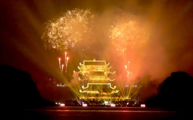 Pháo hoa rực sáng đêm khai mạc Đại lễ Phật đản Vesak 2019