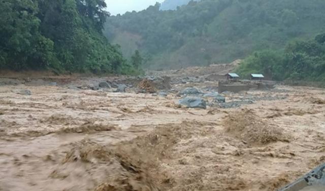 Thanh Hoá: Trưởng công an xã bị đất đá chôn vùi khi đi chống lũ