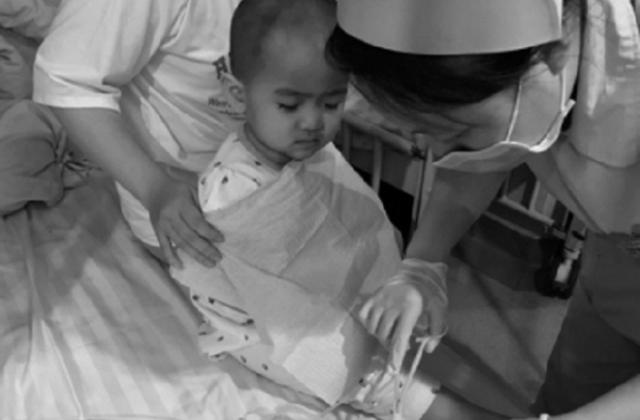 Gần 2 tuổi, 6 lần xạ trị, hơn 10 lần trọc tủy, cô bé vẫn an nhiên khiến triệu người rơi lệ