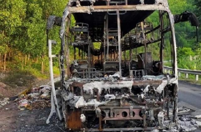 Đắk Lắk: Xe khách chở 40 người bất ngờ bốc cháy trơ khung