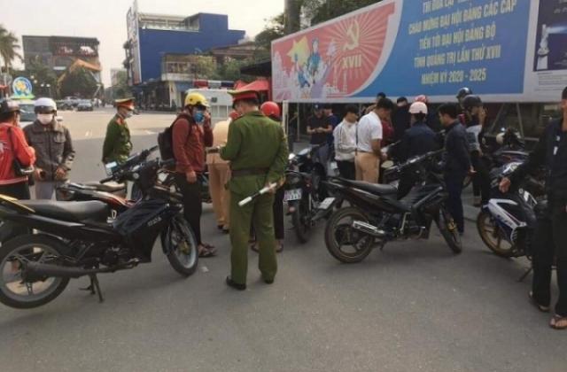 Nhóm thanh niên vi phạm giao thông