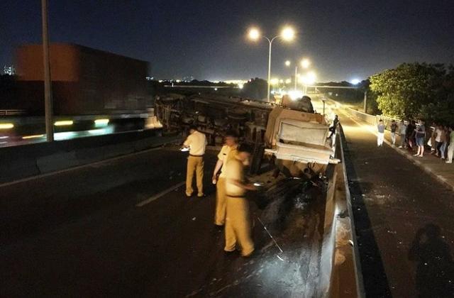 Lật xe tải trên cầu Phú Mỹ, giao thông cả khu vực bị tê liệt nhiều giờ